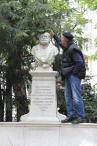 Klaus Bäumler am Denkmal von Karl von Effner | Foto: Detlev Sträter