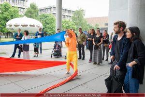 """Die Freiflächen als """"Tanzboden"""". Das interkulturelle Tanzprojekt """"Over x Over"""" mit Moro Craemer vor der Pinakothek der Moderne"""