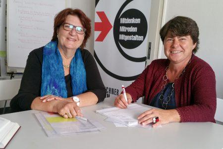 v. l. n r.: Ursula Ammermann, scheidende Geschäftsführerin des Münchner Forums, Dr. Michaela Schier, neue Geschäftsführerin des Münchner Forums