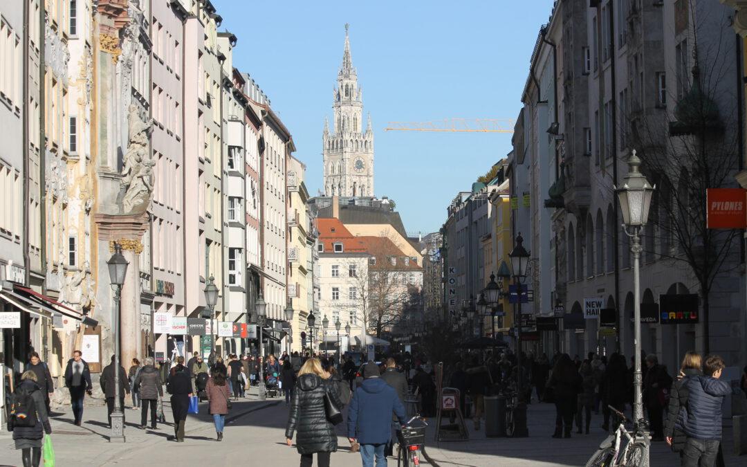 Spaziergänger in der Stadt [Standpunkte 09.2013]
