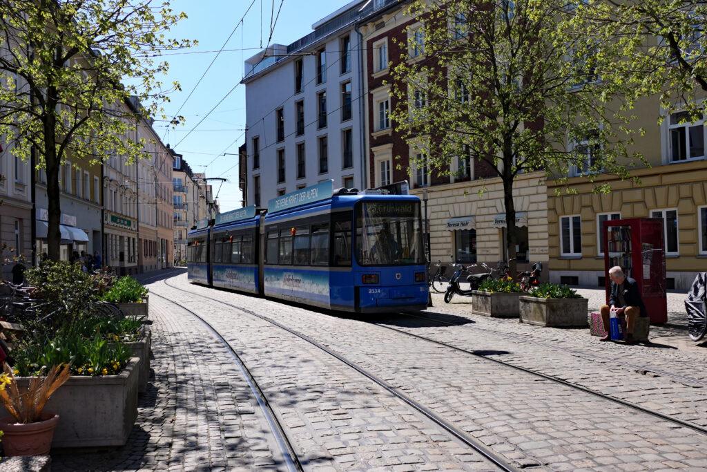 Tram am Gschauerplatz